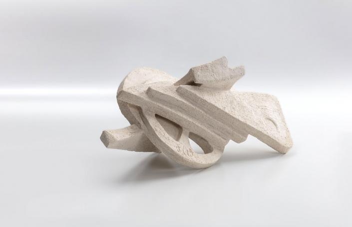 METAMORPHOSIS / Ton weiss, grob schamottiert, gebrannt / 20 x 14 x 38 cm / 7.9 x 5.5 x 15 in / 2020
